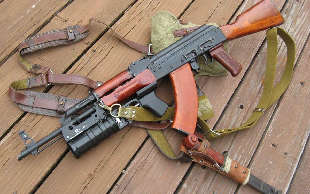 Фото бесплатно автомат Калашникова, АК, ствол, подствольник, магазин, приклад, ремни, штык-нож, оружие