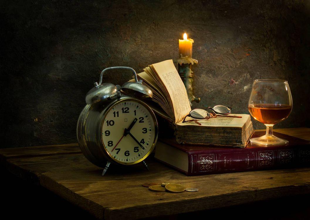 Обои часы, книги, композиция картинки на телефон