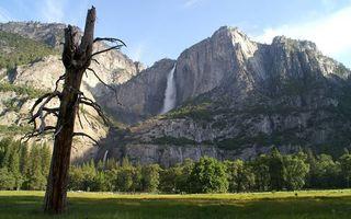 Бесплатные фото предгорье,трава,деревья,горы,скалы,водопад,небо