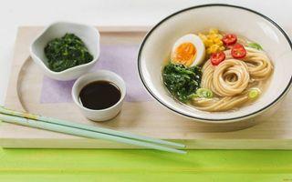 Обои тарелка, лапша, яйца, кукуруза, перец, бульон, зелень, соевый соус, приправа, палочки