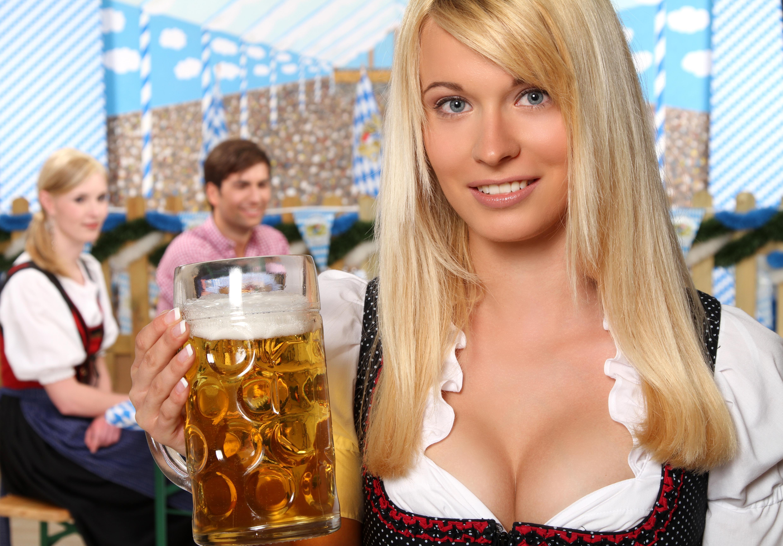 обои девушка, красотка, кружка пива, улыбка картинки фото