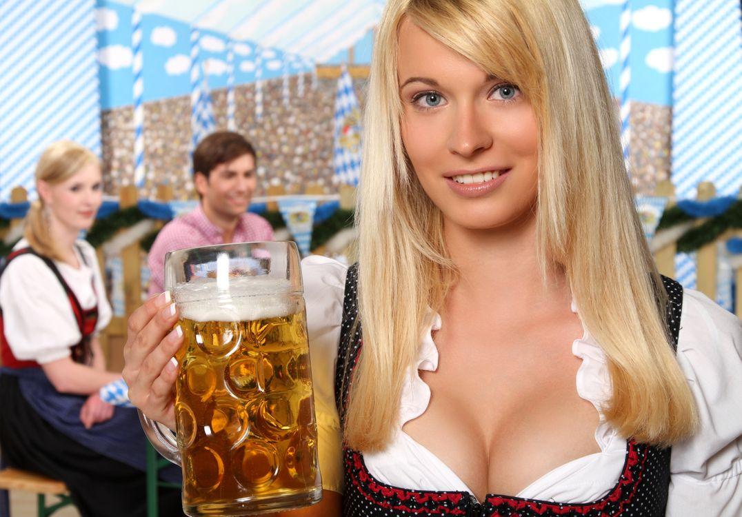 Фото бесплатно девушка, красотка, кружка пива, улыбка, настроение - на рабочий стол