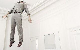 Бесплатные фото мужчина,пробил потолок,голова,застрял,комната,белая