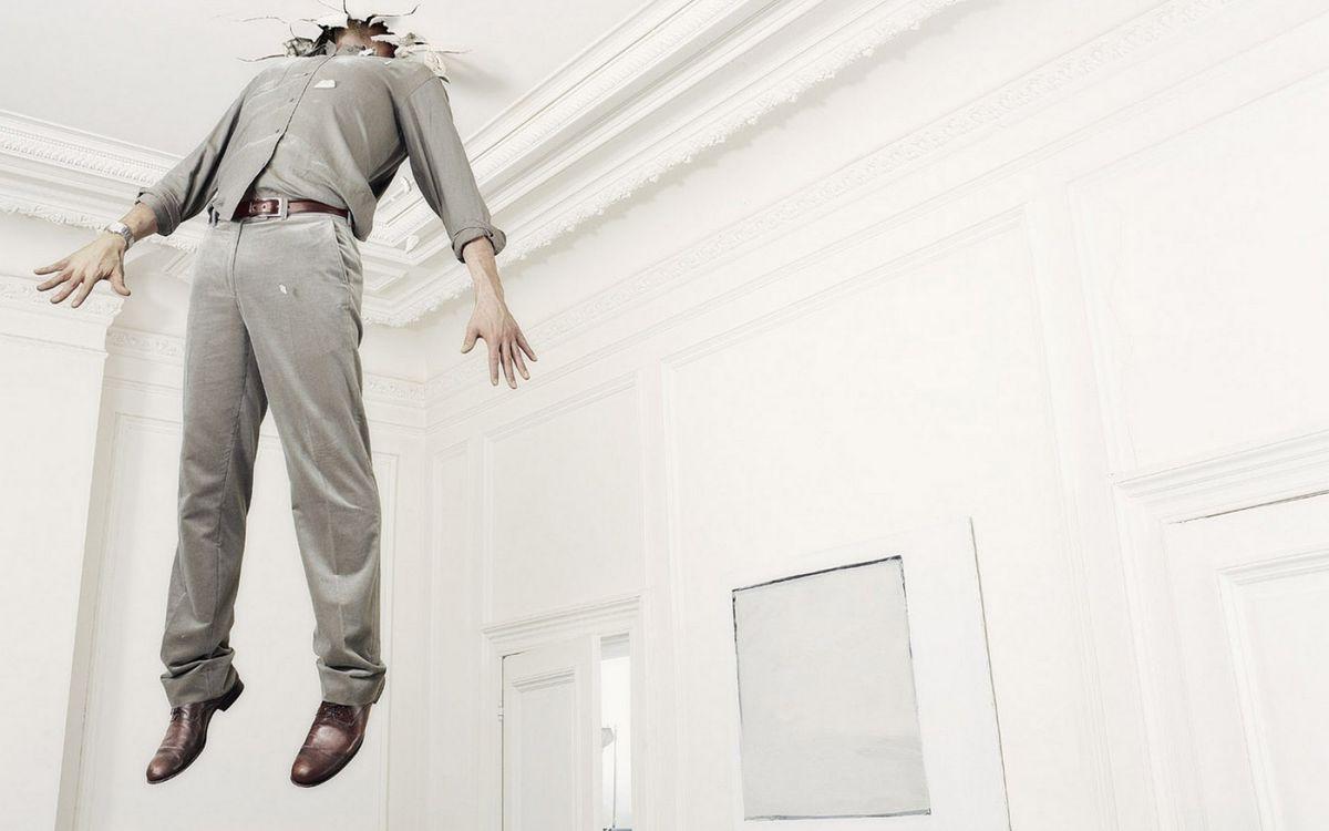 Фото бесплатно мужчина, пробил потолок, голова, застрял, комната, белая, ситуации