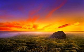 Обои красочный закат, яркое оранжевое небо, поле, валун, трава