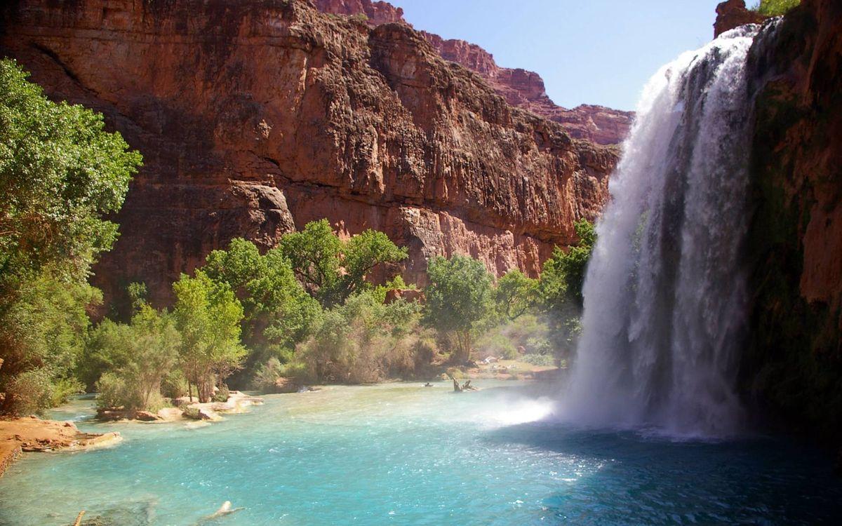 Обои водопад в ущелье, каньон, река, скала, водопад, лето, деревья, песок на телефон | картинки пейзажи - скачать