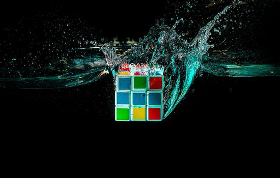 Фото бесплатно кубик руби, кубик рубика, жидкость