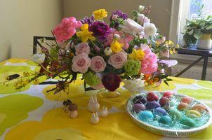 Обои стол, ваза, букет, цветы, яйца, пасха