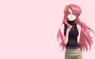Бесплатные фото девушка,волосы длинные,глаза,цепочка,кулон,брюки,фон розовый