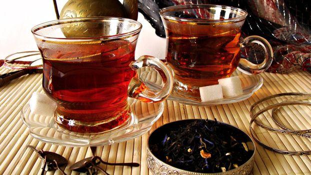 Бесплатные фото чай,чашки,блюдца,стекло,сахар кубики,чай сухой