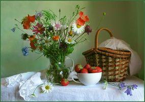 Бесплатные фото стол,ваза,цветы,букет,клубника,ягоды,корзина