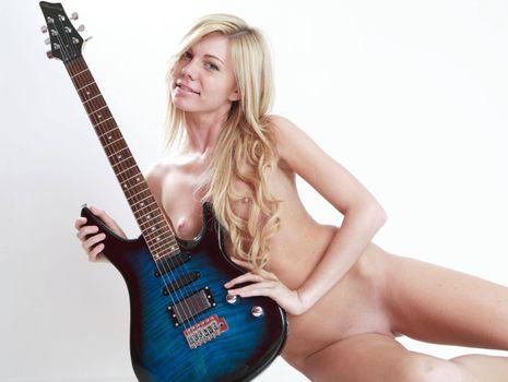 Фото бесплатно гитара, девушка, голая