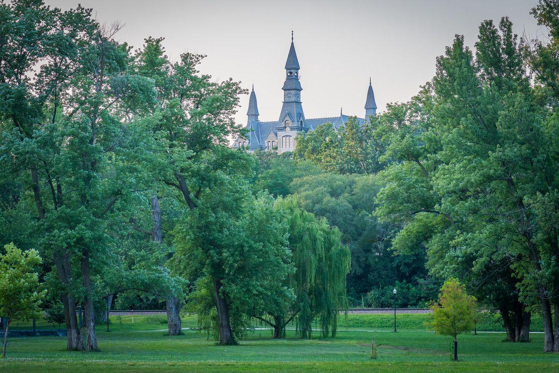 Обои English Landin Park, Mackay Hall of Park University, Parkville, Missouri на телефон | картинки пейзажи - скачать