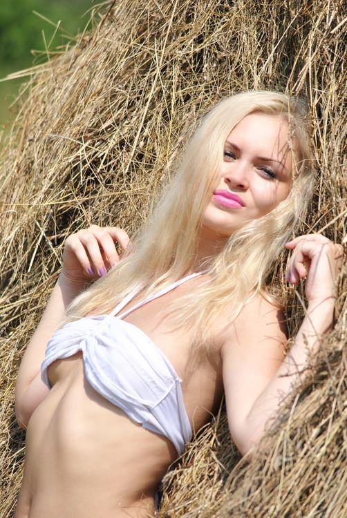 Фото бесплатно девушка, сено, лето, купальник, красивая, блондинка, девушки