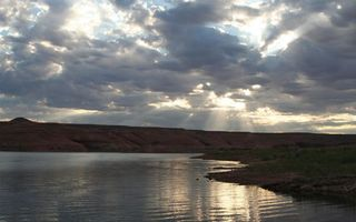 Бесплатные фото озеро,берег,холмы,трава,небо,облака,солнце