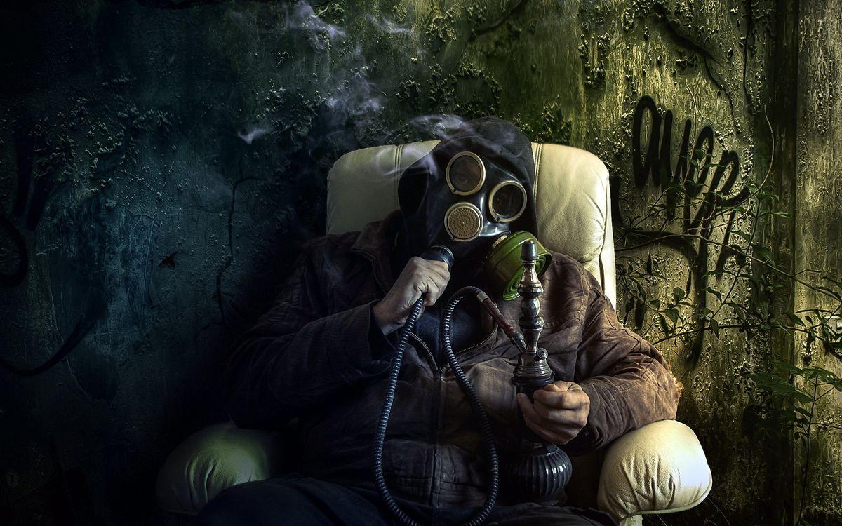 Фото бесплатно мужчина, кресло, противогаз, курит, кальян, дым, ситуации