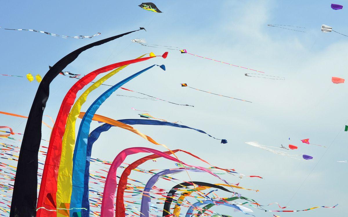 Фото бесплатно воздушные змеи, разные, ленты, цветные, полет, небо, разное