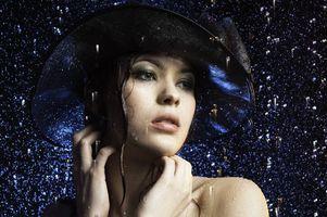 Бесплатные фото девушка под дождём, дождь, девушка, красотка, модель, шляпа, настроение