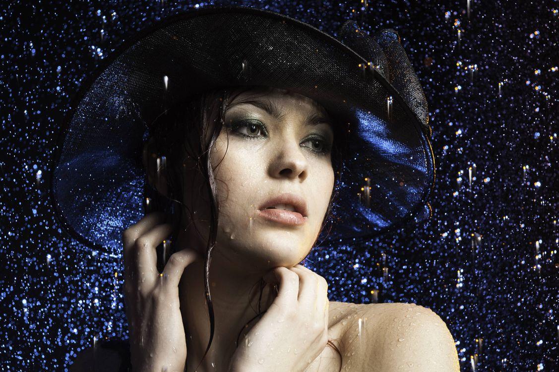 Фото бесплатно девушка под дождём, взгляд в сторону, дождь, девушка, красотка, модель, шляпа - на рабочий стол