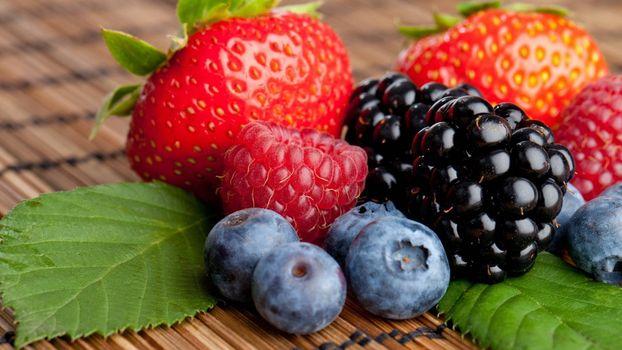 Photo free strawberries, raspberries, blueberries