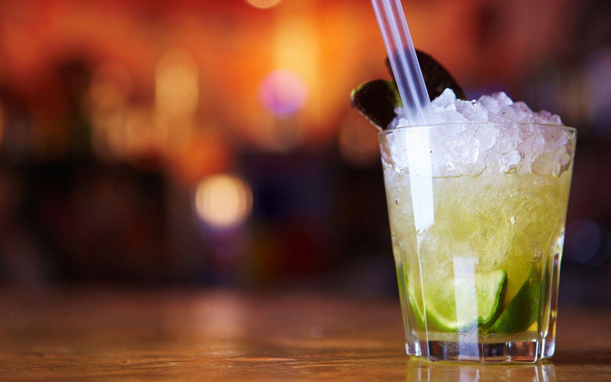 Фото бесплатно стакан, стекло, коктейль, лайм, лед, мята, трубочки, напитки - скачать на рабочий стол