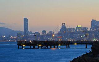 Бесплатные фото набережная,мостик,море,дома,высотки,огни