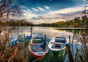 Бесплатные фото закат,озеро,лодки,деревья,осень,пейзаж