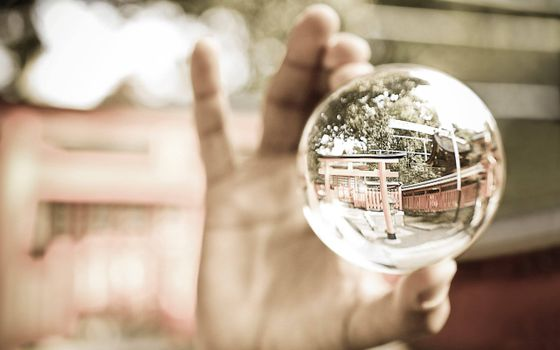 Заставки стеклянный шар, отражение, увеличение