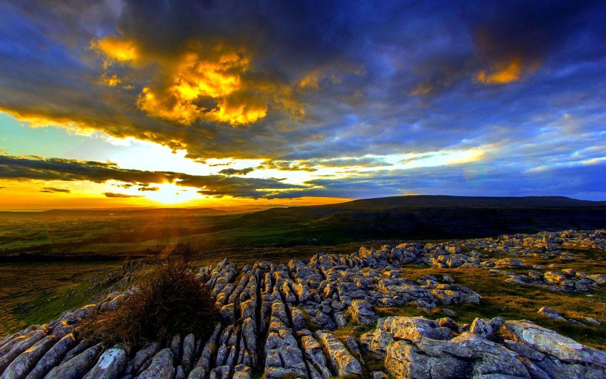 Фото бесплатно холмы, камни, трава, горизонт, закат, солнце, небо, облака, пейзажи