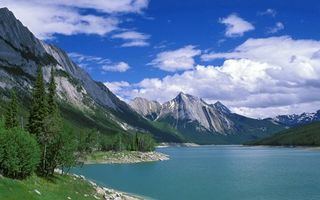 Заставки река,камни,трава,деревья,горы,небо,облака