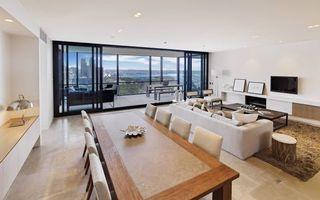Фото бесплатно гостиная, стол, стулья, диван, столик, телевизор, панорамная лоджия