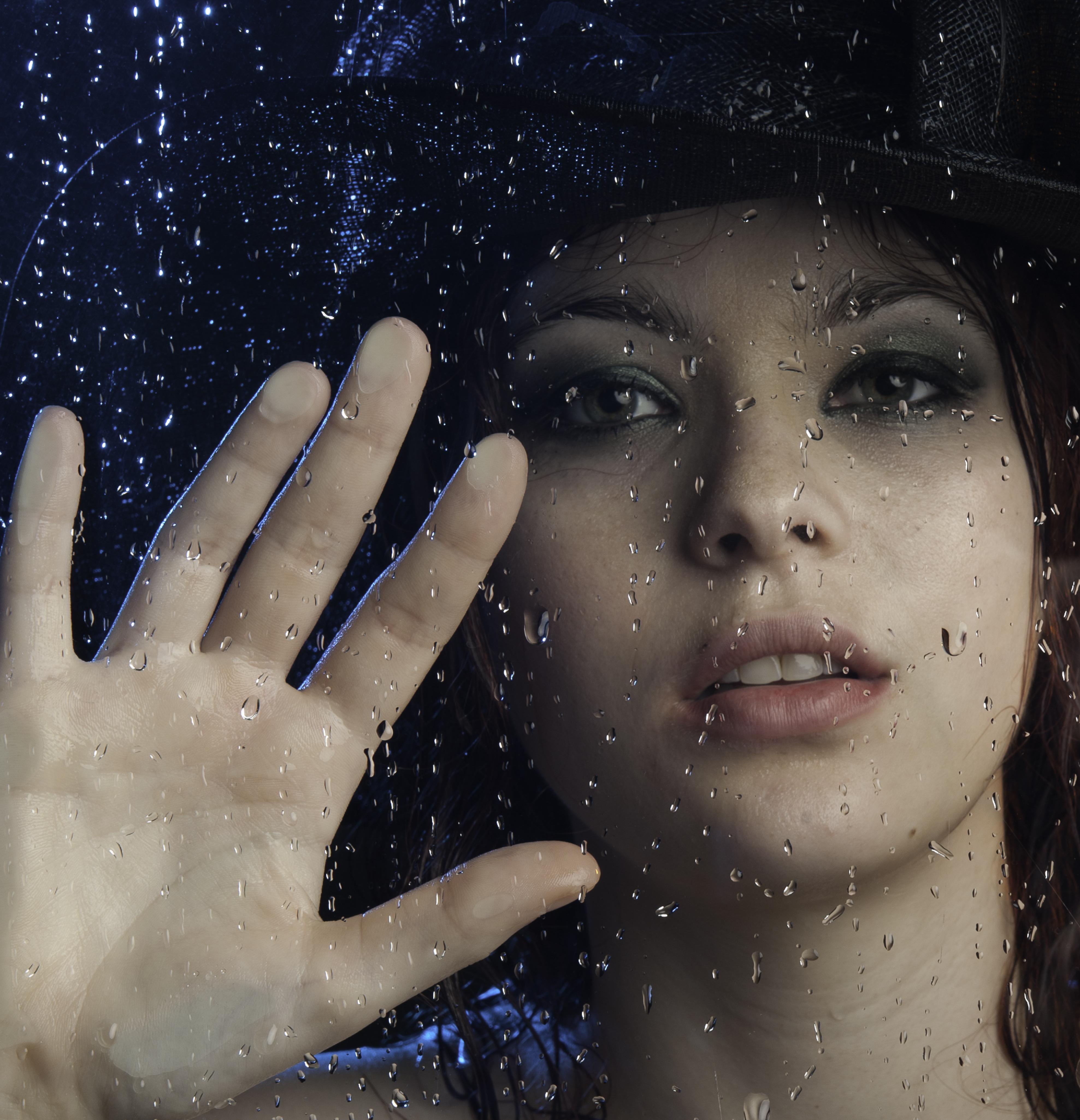обои девушка, стекло, капли, девушка за стеклом картинки фото