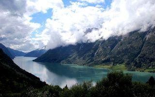 Заставки река, берег, строения, горы, растительность, небо, облака