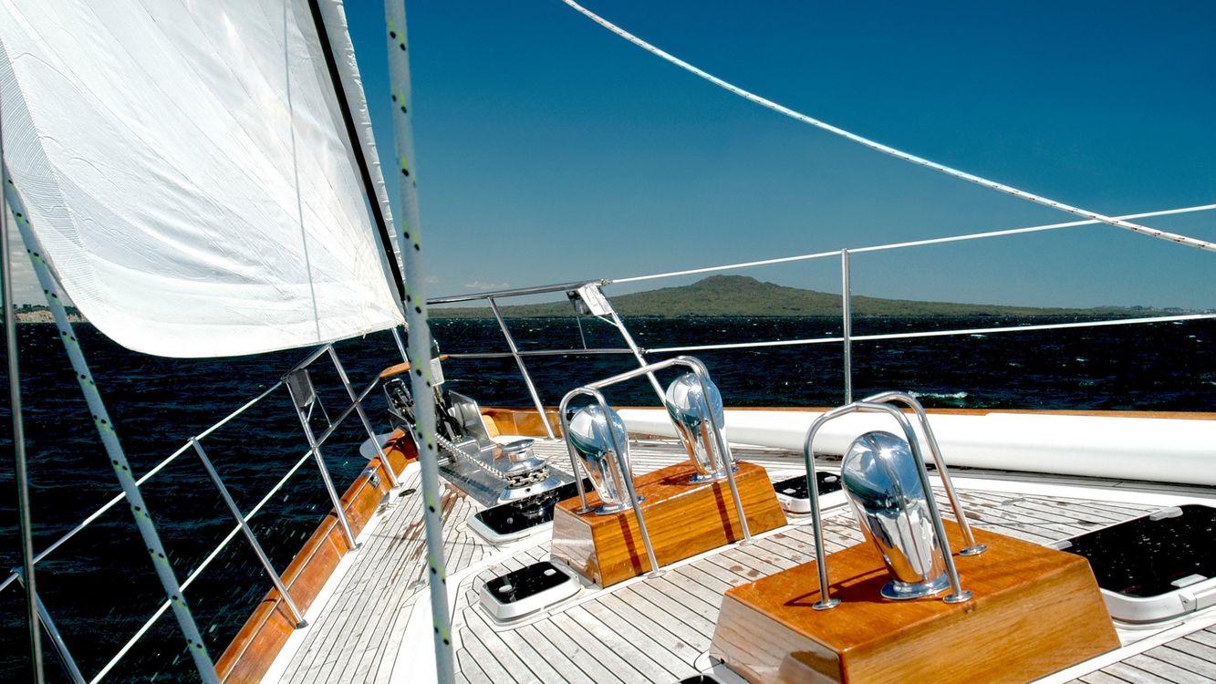Фото бесплатно яхта, палуба, парус, перила, море, небо, разное
