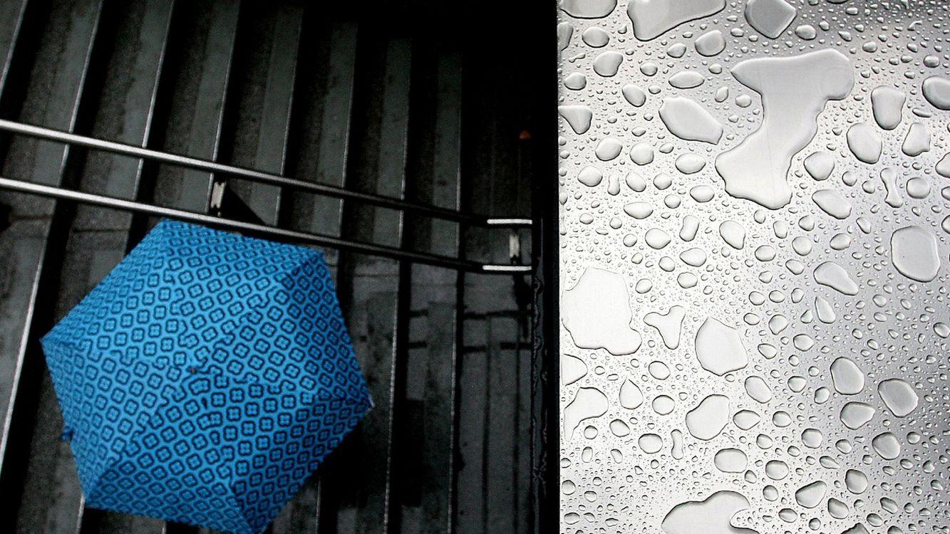 Фото бесплатно лестница, ступеньки, подземный переход, зонтик, крыша, капли, дождь, разное - скачать на рабочий стол