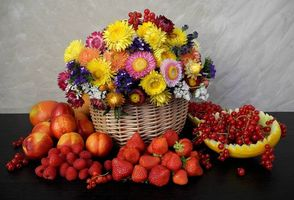 Бесплатные фото корзина,цветы,ягоды,клубника,смородина,натюрморт
