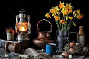 Обои стол, лампа, книга, цветы, нарцисы, яйца, натюрморт