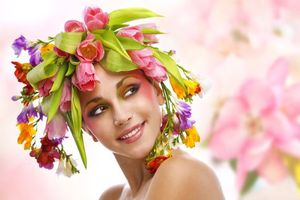 Бесплатные фото девушка,красотка,улыбка,винок,цветы,настроение