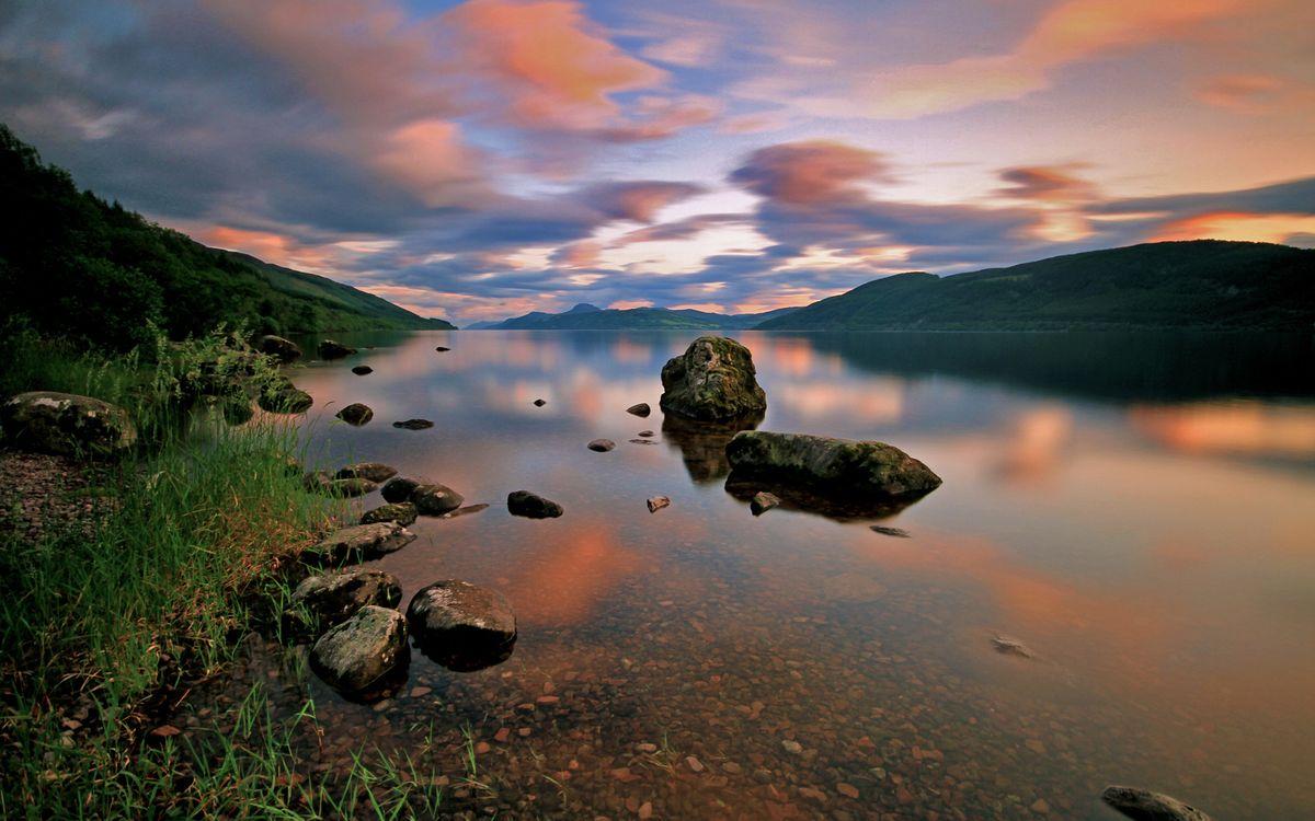 Фото бесплатно озеро, гладь, камни, берег, трава, горы, деревья, небо, облака, природа