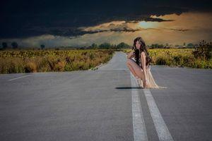 Фото бесплатно девочка, тучи, дорога, пуанты, небо, балерина