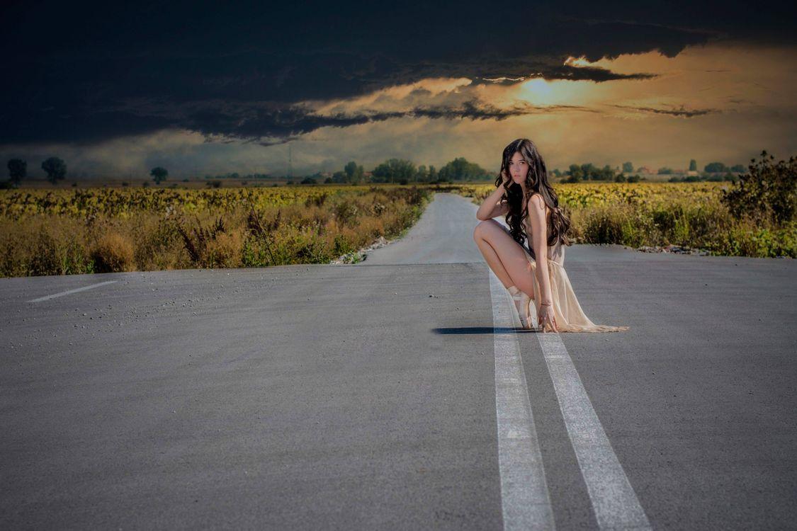 Фото бесплатно девочка, тучи, дорога, пуанты, небо, балерина - на рабочий стол