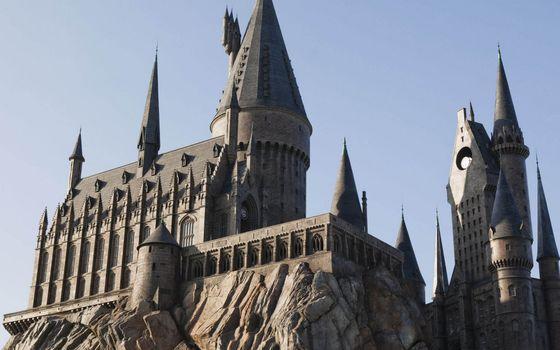 Фото бесплатно замок, башни, крыша, окна, скала, камни, небо