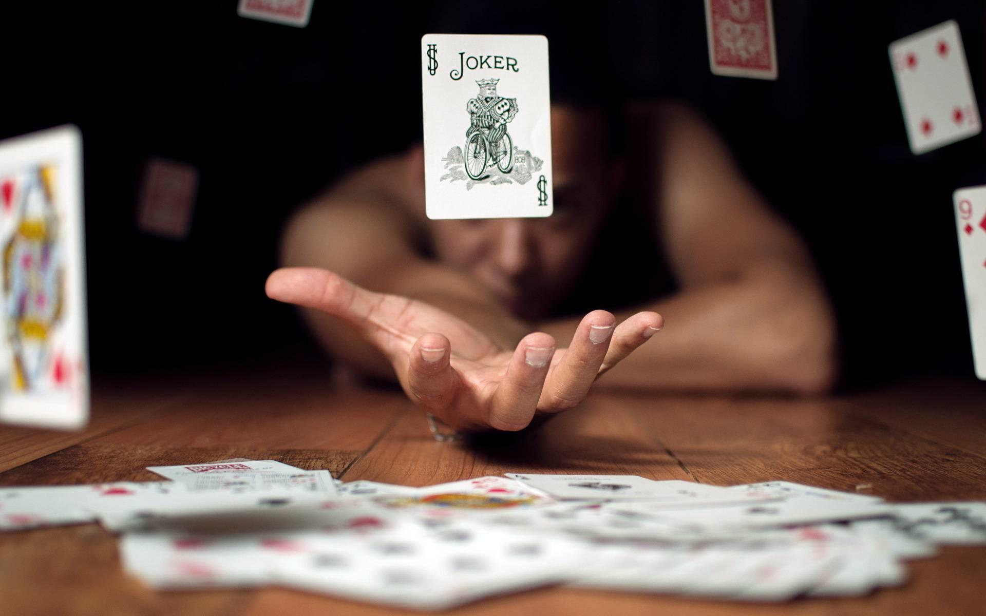Обои joker, карты, стол, мужчина
