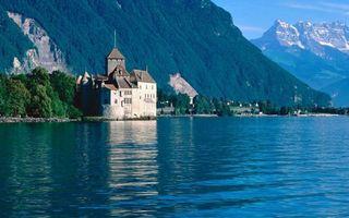 Фото бесплатно озеро, берег, замок, деревья, горы, скалы