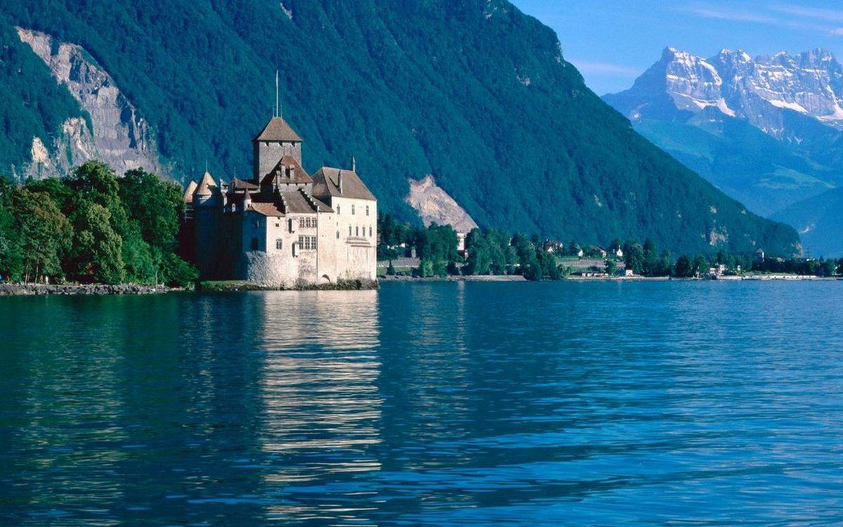 Фото бесплатно озеро, берег, замок, деревья, горы, скалы, пейзажи - скачать на рабочий стол