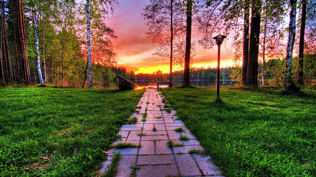 Фото бесплатно тропинка, трава, фонарь, деревья, лес, лодка, река, небо, закат, пейзажи