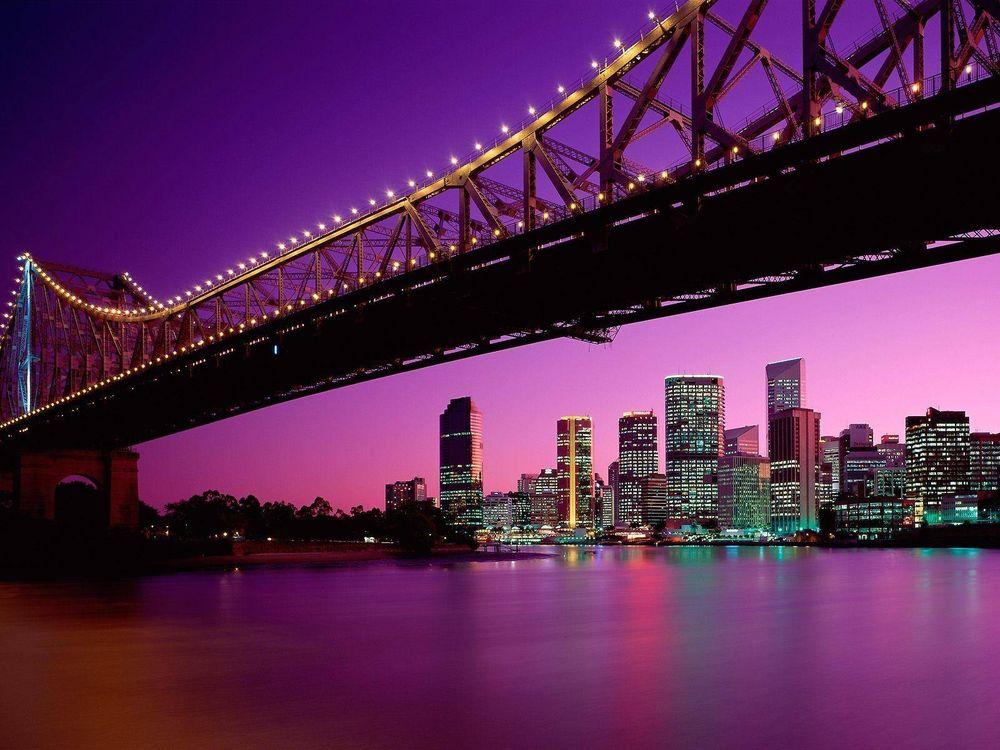 Фото бесплатно вечер, море, мост, конструкция, подсветка, берег, дома, небоскребы, здания, огни, город