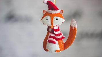 Бесплатные фото новогодняя лиса,игрушка,лисица,шапочка,шарф