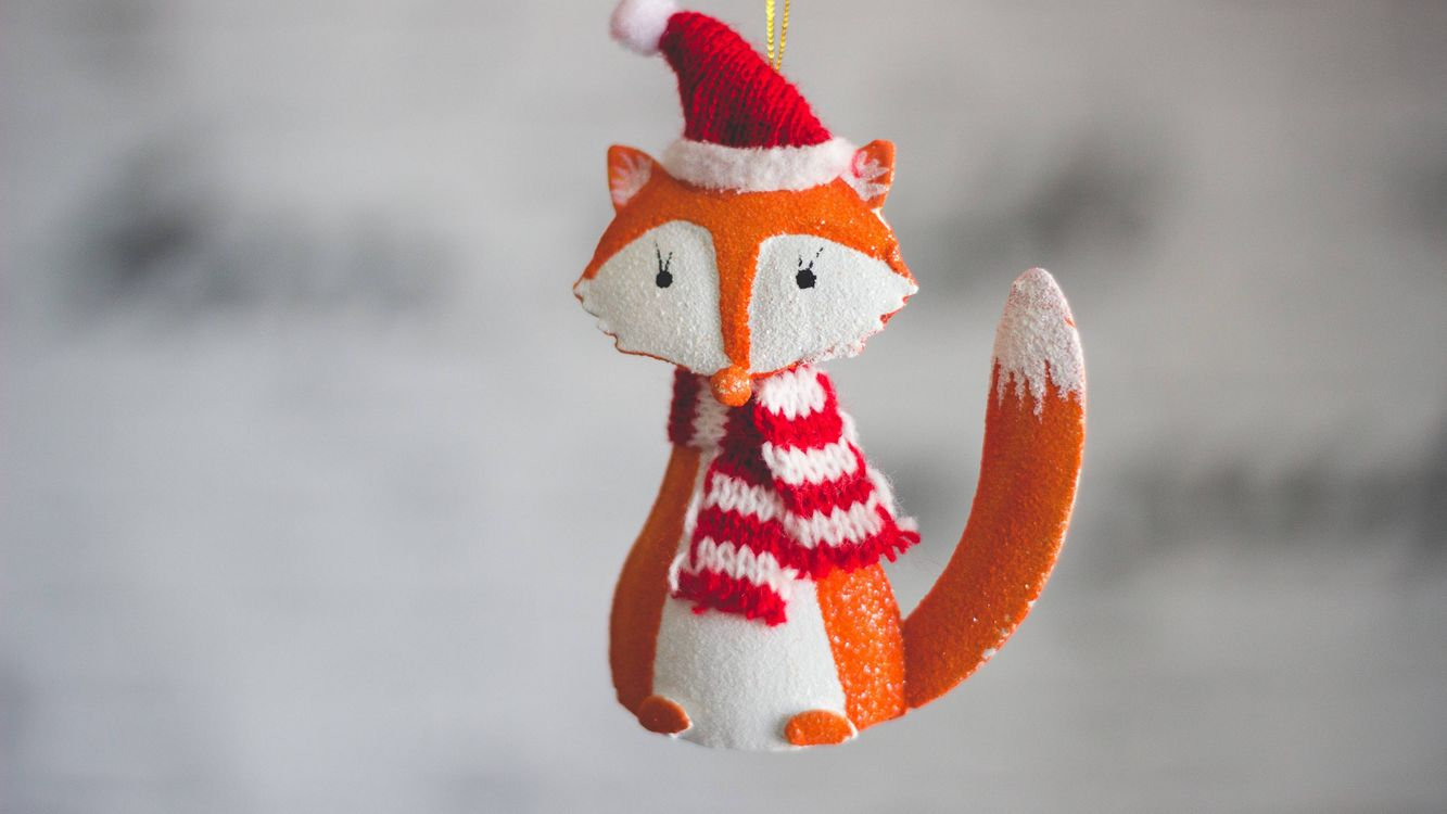 Фото бесплатно новогодняя лиса, игрушка, лисица, шапочка, шарф, праздники