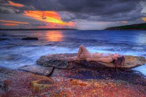 Бесплатные фото закат, море, берег, скалы, камни, девушка, пейзаж